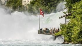 ゲーテも称賛!ヨーロッパ最大水量の名瀑・スイス「ラインの滝」
