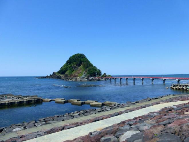"""サムネイル ここが""""東北の江の島""""!?山形「白山島」で楽しむ鳥海山の絶景と海!"""