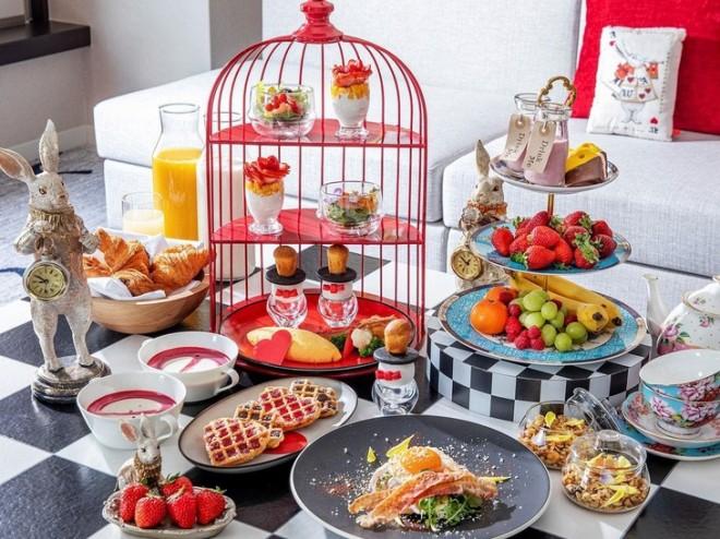サムネイル ヒルトン東京でスイーツビュッフェ&アリスの朝食!お得なプランを販売中