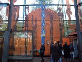 エッフェル塔とエスニック美術が並ぶパリのケ・ブランリー美術館