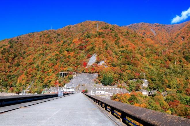サムネイル 南アルプスの紅葉に抱かれる!秋の静岡「畑薙第一ダム」と赤石温泉