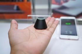 カフェで荷物の盗難を防止する見守りセンサー キングジムが発売