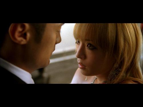 ニューシングル「glitter/fated」に収録されているDVD『距愛(きょあい)〜Distance Love〜』で、アーティストとして初のキスシーンを披露した浜崎あゆみ
