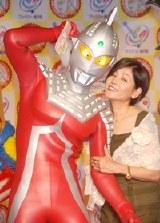 有里アンヌ隊員役のひし美ゆり子にキスされて照れるウルトラセブン(C)1967円谷プロ(C)2007円谷プロ
