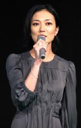 『ホタルノヒカリ』の制作記者会見に出席した板谷由夏