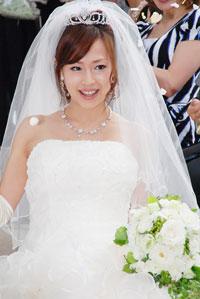 結婚式を挙げ、笑顔の浅田好未