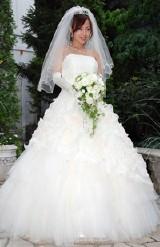 純白のウエディングドレスに身を包んだ浅田好未