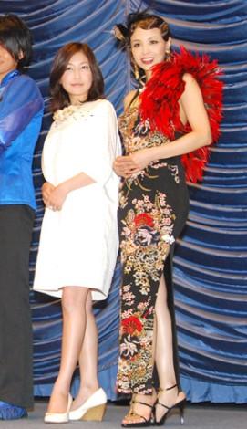 深くスリットの入ったチャイナ服で登場したインリン・オブ・ジョイトイと小野真弓