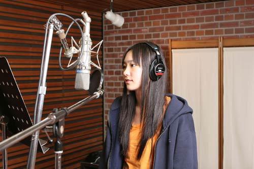 映画『恋するマドリ』の主題歌「メモリーズ」でアーティストデビューする新垣結衣