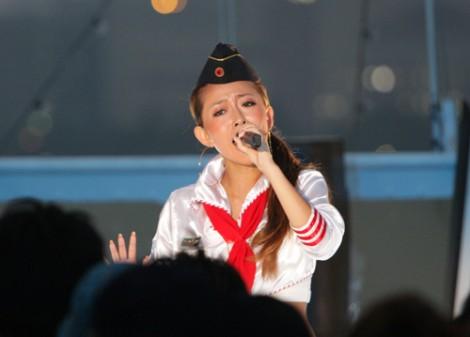 サムネイル ライブで熱唱する加藤ミリヤ