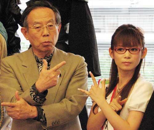 サムネイル 中川翔子と浅野勝人外務省副大臣「月に代わってお仕置きよ!」