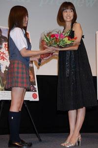 映画『伝染歌』の新旧アイドル最怖歌披露イベントで花束を受け取る松本伊代