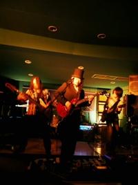 CKBのギタリスト小野瀬雅生が、<br>ジョン・レノン・レス・ポールを使ってライブ