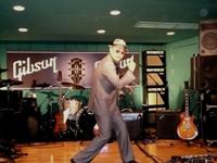 ギブソンさんには日ごろお世話になっています、とクレイジーケンバンドの横山剣。