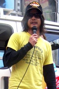 映画『伝染歌』のお盆スペシャルイベントに出席したスティーブン・セキルバーグことハローバイバイの関暁夫