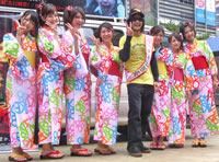 映画『伝染歌』のお盆スペシャルイベントに出席したスティーブン・セキルバーグとAKB48