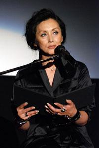 映画『伝染歌』の初日舞台挨拶に登壇した夏木マリ
