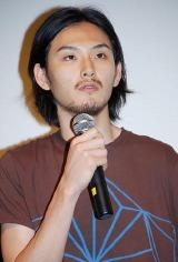 映画『恋するマドリ』の初日舞台挨拶に登壇した松田龍平