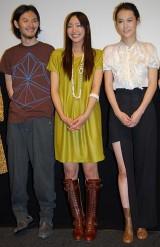 映画『恋するマドリ』の初日舞台挨拶に登壇した(左から)松田龍平、新垣結衣、菊地凛子