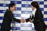 オリコン小池社長と握手を交わす秋川雅史