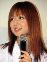 笑顔でトークを披露する小倉優子