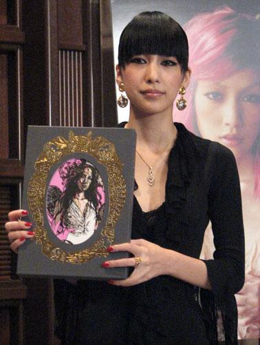 写真童話集『SAMSARA』を手にする中島美嘉