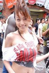 渋谷センター街で公開緊縛イベントに臨んだ及川奈央