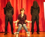 さとう珠緒が椅子に縛られ舞台挨拶