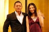 入籍を済ませたプロレスラーの坂田亘と女優の小池栄子