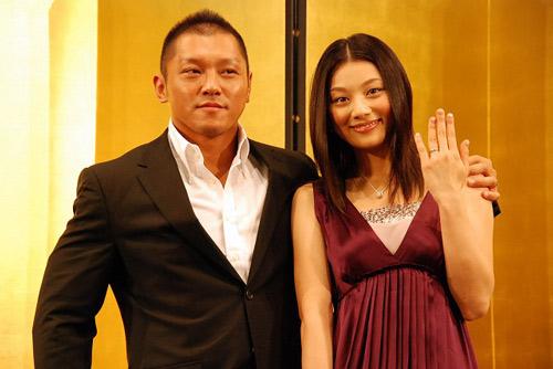 サムネイル 入籍を済ませたプロレスラーの坂田亘と女優の小池栄子