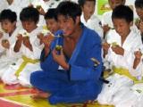 キウイをほおばる坂口憲二と子供たち
