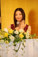 結婚会見で指輪を披露する小池栄子