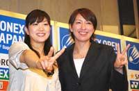 笑顔でピースする潮田玲子(左)と小椋久美子(右)