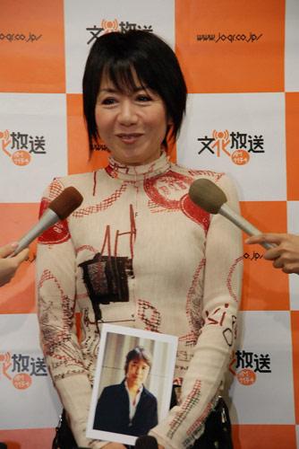 サムネイル 笑顔で喜びを語る奈美悦子
