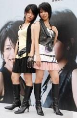 肩出しの衣装でロック調のセカンドシングル「Fighting Girl」を熱唱した茉奈 佳奈