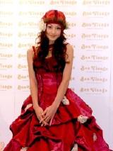 プロデュース&デザインを手がけたウェディングドレスを披露する西山茉希