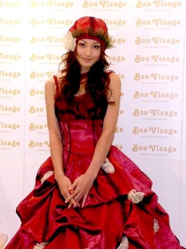 サムネイル プロデュース&デザインを手がけたウェディングドレスを披露する西山茉希