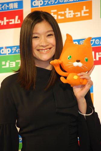 成績優秀なセールスレディになれそうな女性タレント1位に輝いた篠原涼子(写真は8月28日に開催された「はたらこねっと」コンテストグランプリ受賞式の模様)
