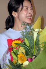 祝福の花束を手に大喜びの西田尚美