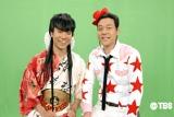 奇抜な衣装の藤井隆と東野幸治