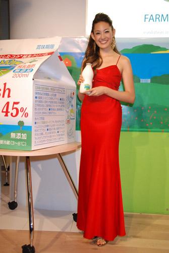 1本5000円という最高級牛乳の発売記念イベントに出席したLIZA