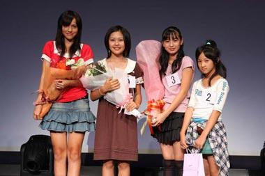 (左から)「Cawaii賞」のクリスプ幸枝さん(14歳)、「デ・ビュー賞」の備前希日さん(12歳)、グランプリの長尾さん、「CDC賞」の柘植涼夏さん(11歳)。