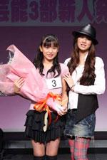 グランプリ(スターダスト3部賞)に輝き、北川景子から祝福される長尾寧音(しずね)さん(12歳)。