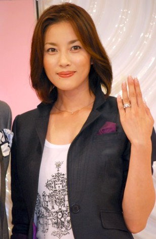 サムネイル 婚約指輪を見せる瀬戸朝香