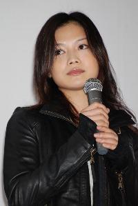 映画『クローズド・ノート』の初日舞台挨拶に登壇したYUI