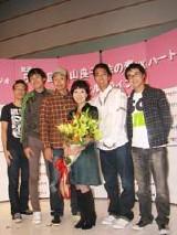 森山良子(中央)と義理の息子、おぎやはぎの小木ら芸人仲間