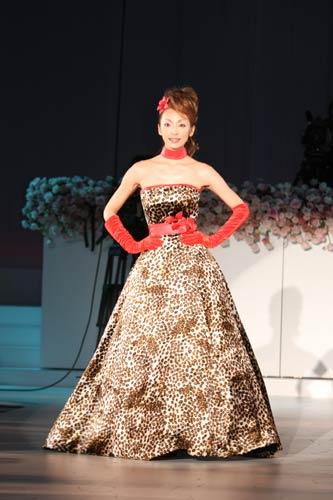 ファッションショーで初めてデザインを手掛けたヒョウ柄ドレスを着用