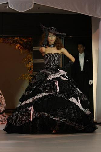 黒ベースのドレス