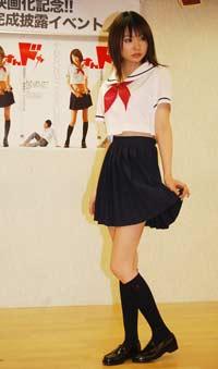 ミニスカート姿の鈴木茜さん