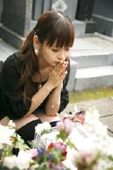 父・中川勝彦さんの墓前にライブのチケットをお供えした中川翔子